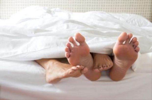 pieds qui sortent des draps