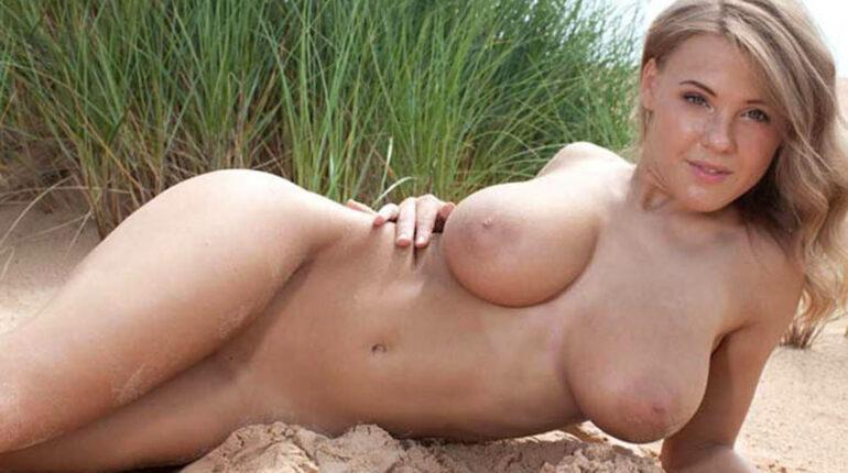 gros nichons jeune blonde nue branlette au tel